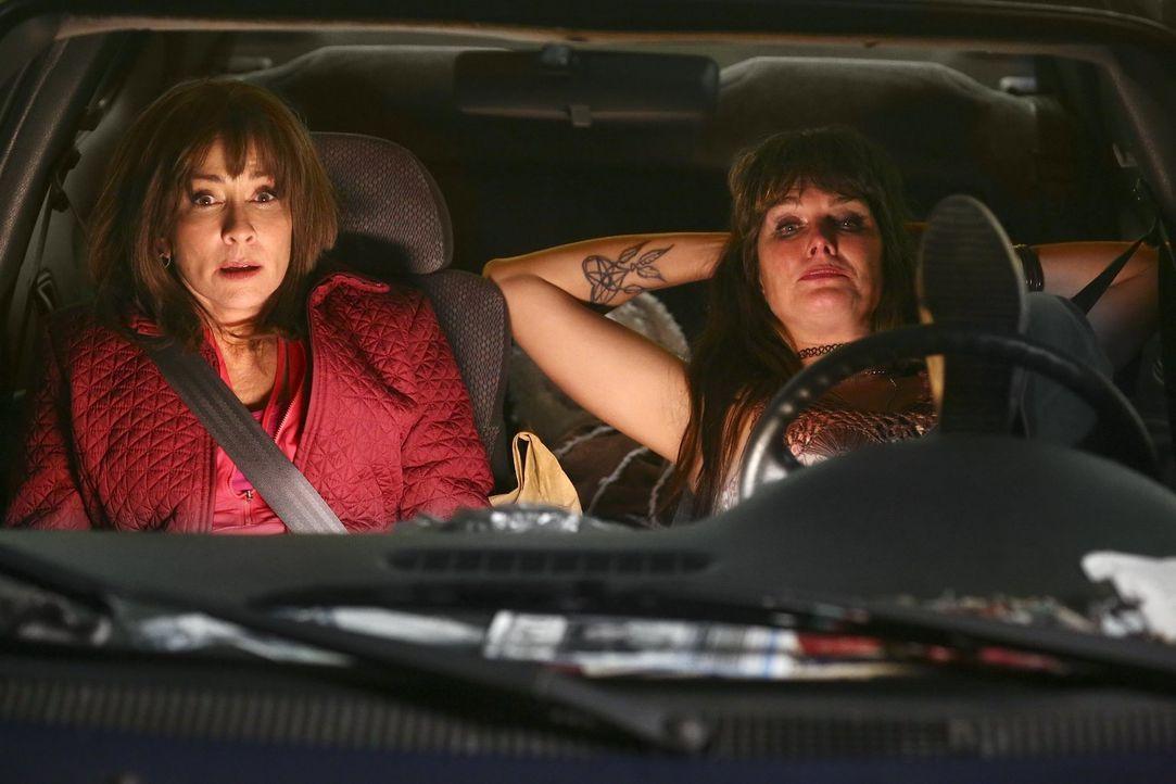 Frankie (Patricia Heaton, l.) lässt sich von der schlampigen Nachbarin Rita (Brooke Shields, r.) zu einem Roadtrip mit unbestimmten Ziel überreden .... - Bildquelle: Warner Bros.