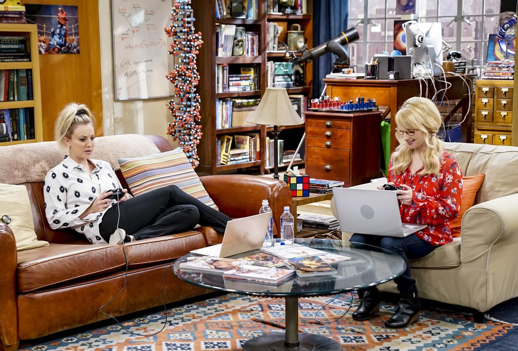 Penny (Kaley Cuoco, l.); Bernadette (Melissa Rauch, r.) - Bildquelle: Sonja Flemming 2018 CBS Broadcasting, Inc. All Rights Reserved/Sonja Flemming