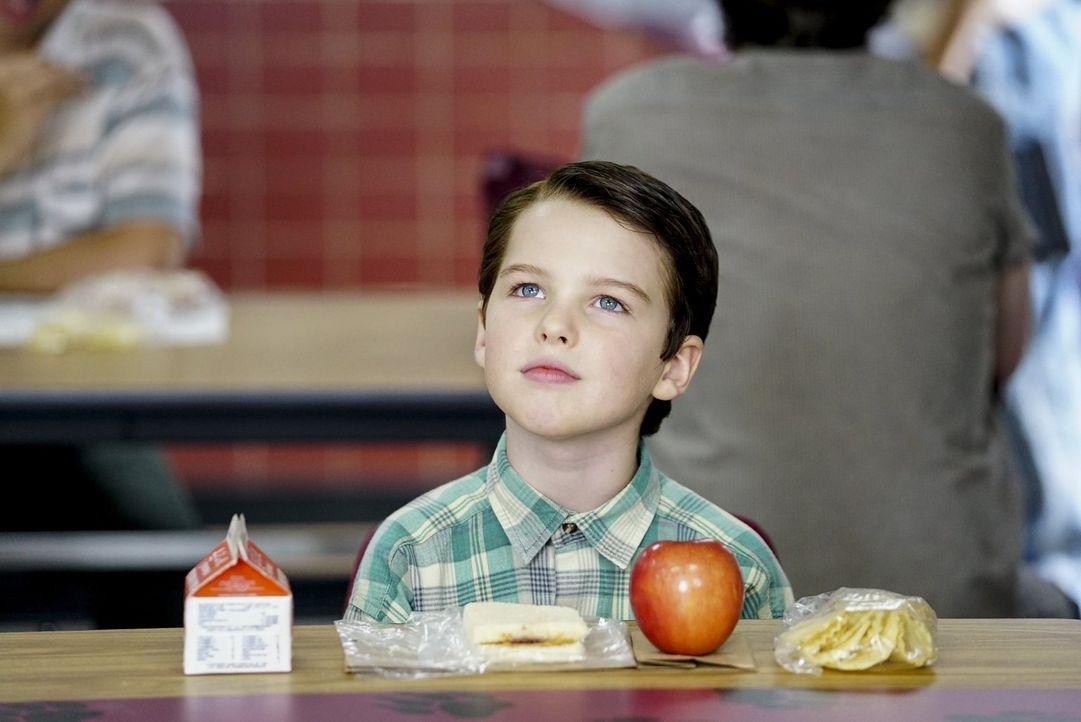 Eigentlich ist Sheldon (Iain Armitage) am liebsten alleine, doch als er erfährt, dass sich seine Mutter so sehr wünscht, dass er auch mal einen Freu... - Bildquelle: Warner Bros.
