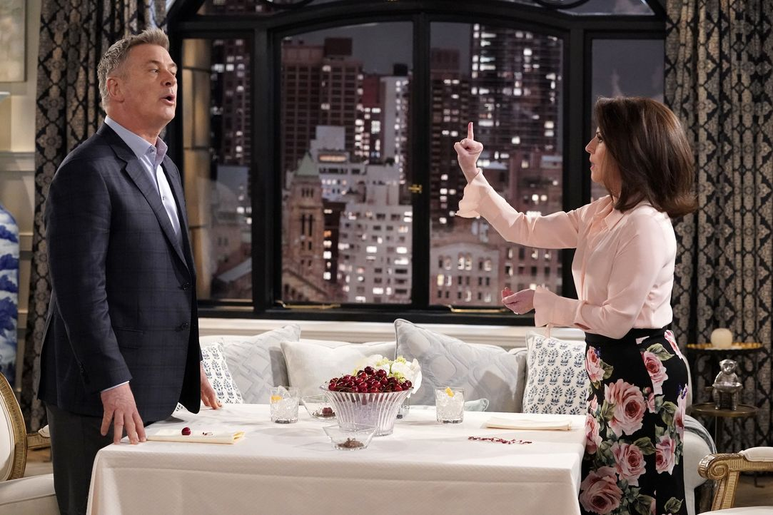 Könnte aus der Beziehung zwischen Malcolm (Alec Baldwin, l.) und Karen (Megan Mullally, r.) je mehr werden als das alljährliche Sex-Date? - Bildquelle: Chris Haston 2017 NBCUniversal Media, LLC