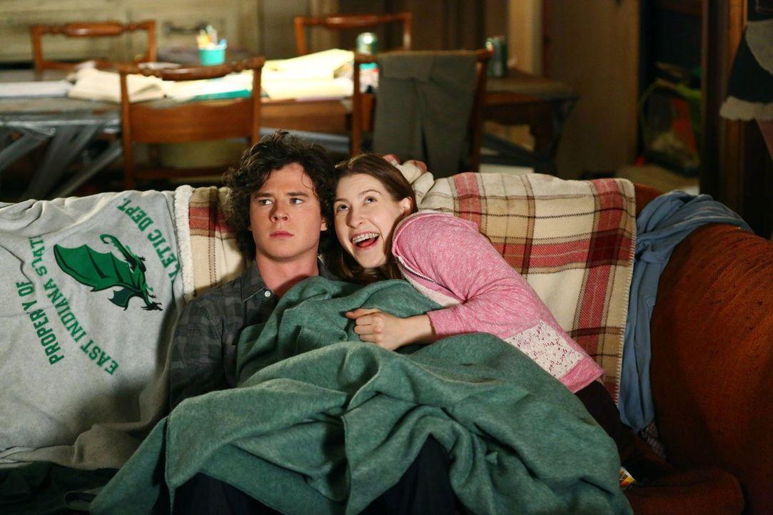 Axl (Charlie McDermott, l.); Sue (Eden Sher, r.) - Bildquelle: Warner Brothers