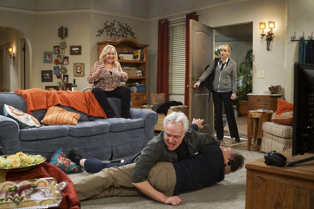 Christy (Anna Faris, r.) kann nicht glauben, was bei ihnen zu Hause los ist, als die anstrengenden Freunde Leanne (Nicole Sullivan, l.) und Mitch (B... - Bildquelle: 2016 Warner Bros. Entertainment, Inc.