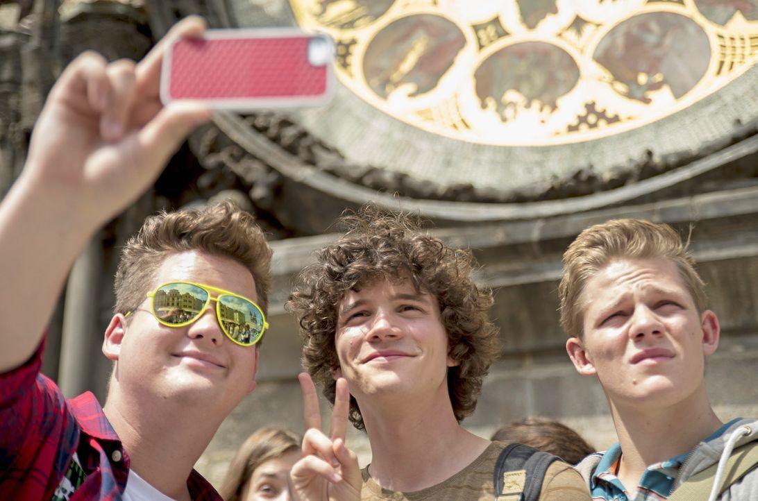 Tagsüber lassen sich Berny (Chris Tall, l.), Paul (Tilman Pörzgen, M.) und Max (Max von der Groebe, r.) von Prags kulturellen Schätzen beeindrucken,... - Bildquelle: Marc Reimann 2015 Constantin Film Verleih GmbH