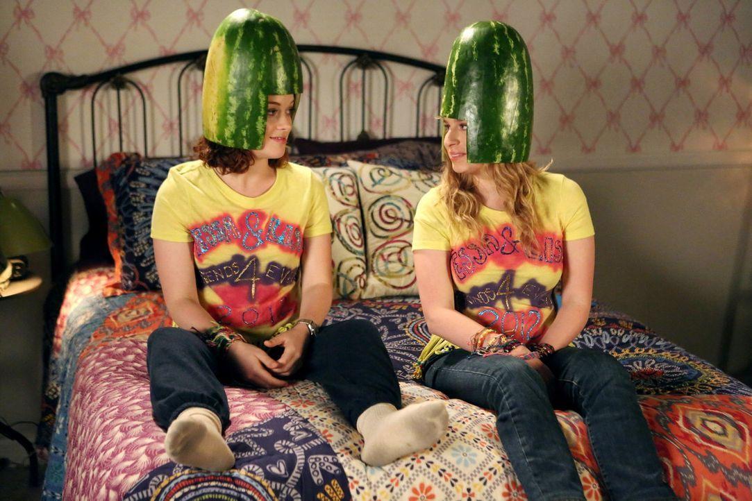 Als Malik für zwei Tage nicht in der Stadt ist, beschließt Lisa (Allie Grant, r.), jede freie Minute mit Tessa (Jane Levy, l.) zu verbringen ... - Bildquelle: Warner Brothers