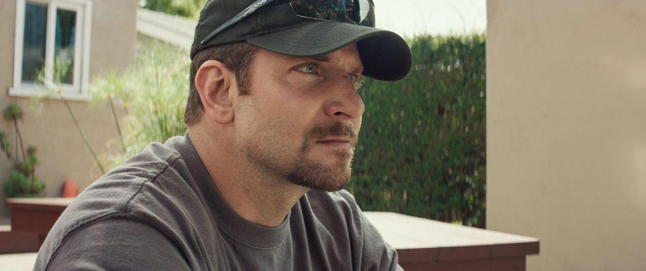Endlich aus dem Krieg für immer heimgekehrt, da muss Chris (Bradley Cooper) erkennen, dass es der Krieg ist, den er nicht hinter sich lassen kann -... - Bildquelle: 2014 Warner Bros. Entertainment Inc.