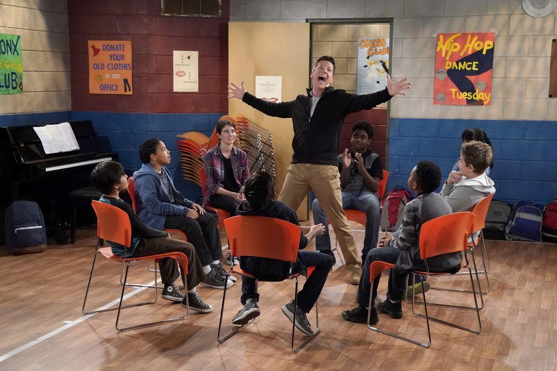 Jack (Sean Hayes, M.) soll Kindern das Schauspielern beibringen, obwohl er sich dafür eigentlich viel zu überqualifiziert sieht ... - Bildquelle: Chris Haston 2017 NBCUniversal Media, LLC