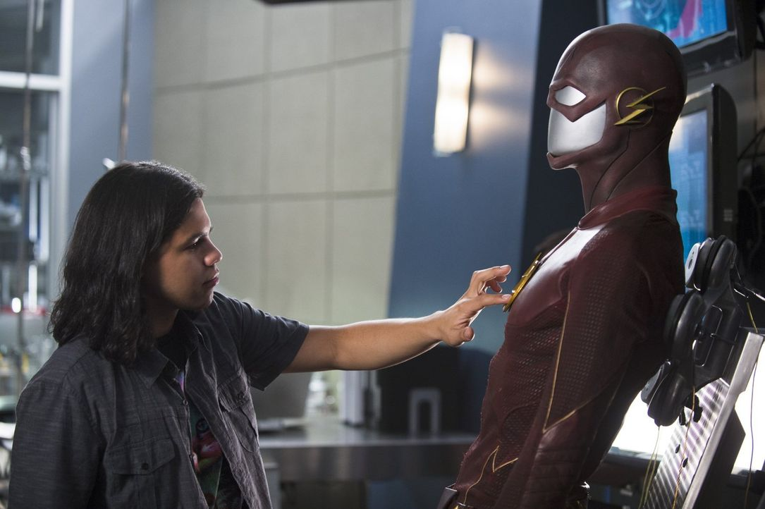 Cisco (Carlos Valdes) als Polizist? Nachdem Barry sich entschlossen hat alleine gegen die Mata-Wesen zu kämpfen, versucht Cisco sein Können bei der... - Bildquelle: 2015 Warner Brothers.