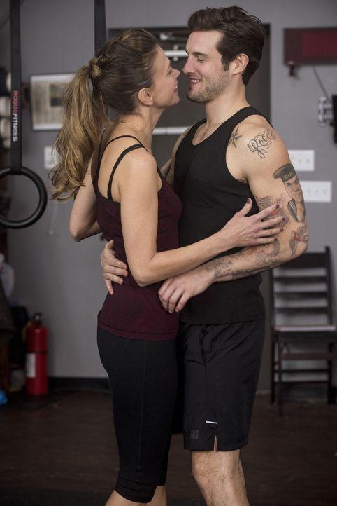 Während Josh (Nico Tortorella, r.) Liza (Sutton Foster, l.) dazu bringen will, mit ihm Sport zu machen, steht diese plötzlich vor einem finanziellen... - Bildquelle: Hudson Street Productions Inc 2015