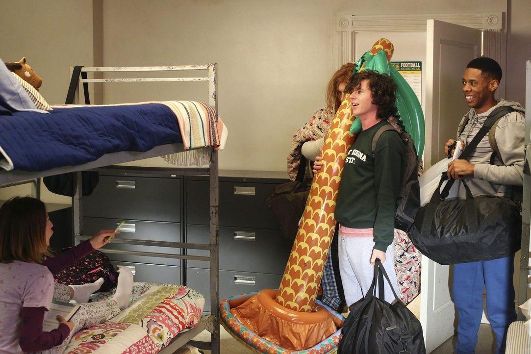 Sue (Eden Sher, l.) erhält überraschend Besuch von Axl (Charlie McDermott, 2.v.r.) und Hutch (Alphonso McAuley, r.) ... - Bildquelle: Warner Bros.