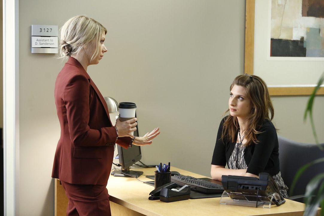 Noch ahnt Debbie (Mary Elizabeth Ellis, l.) nicht, dass die Zusammenarbeit mit ihrer neuen Assistentin Laura (Emily Arlook, r.) sich ganz anders ent... - Bildquelle: 2015-2016 Fox and its related entities.  All rights reserved.