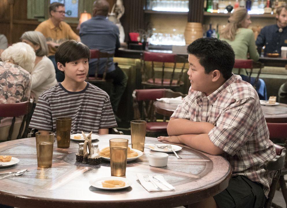 """Haben Emery (Forrest Wheeler, l.) und Eddie (Hudson Yang, r.) Glück, dass ihre Mutter ihren kleinen Bruder zum """"Schüler des Monats"""" drängen will ode... - Bildquelle: 2017-2018 American Broadcasting Companies. All rights reserved."""