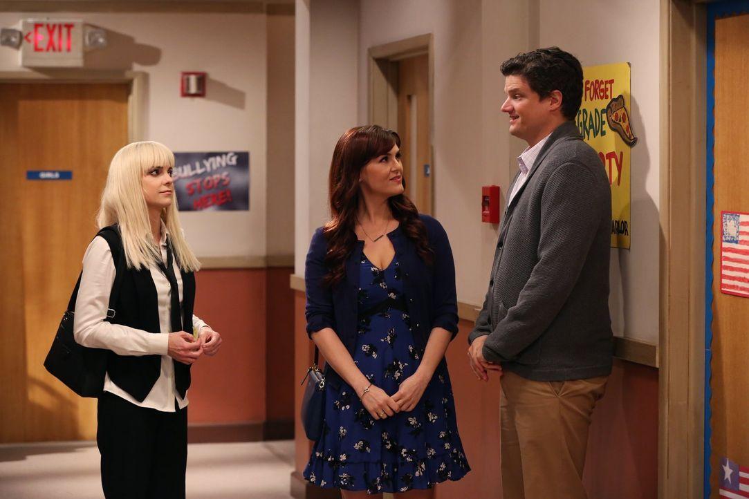 Christy (Anna Faris, l.) sieht in Baxters (Matt Jones, r.) Freundin Candace (Sara Rue, M.) eine Konkurrenz für ihre Elternrolle ... - Bildquelle: 2015 Warner Bros. Entertainment, Inc.