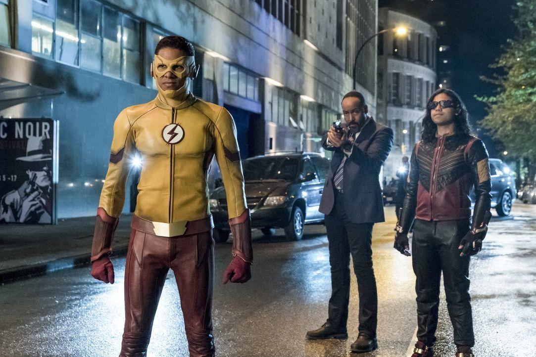 Während Barry in der Speed Force gefangen ist, müssen Wally alias Kid Flash (Keiynan Lonsdale, l.) Joe (Jesse L. Martin, M.) und Cisco alias Vibe (C... - Bildquelle: 2017 Warner Bros.