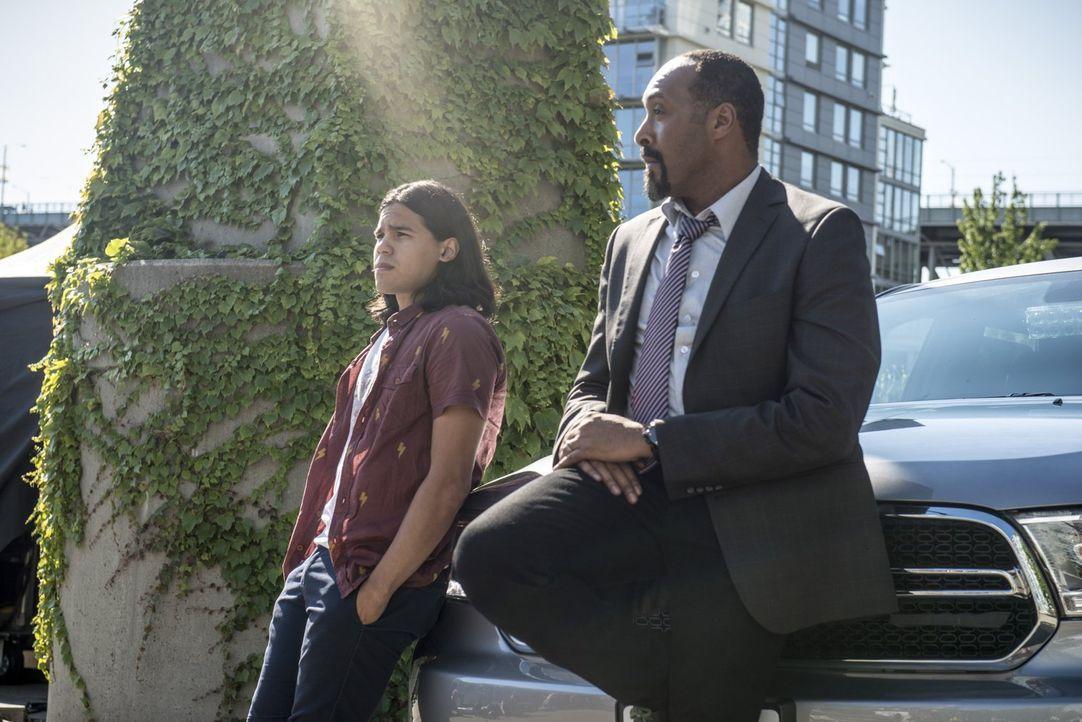 Cisco (Carlos Valdes, l.) hilft Joe (Jesse L. Martin, r.) dabei, eine Meta Task Force aufzubauen ... - Bildquelle: 2015 Warner Brothers.