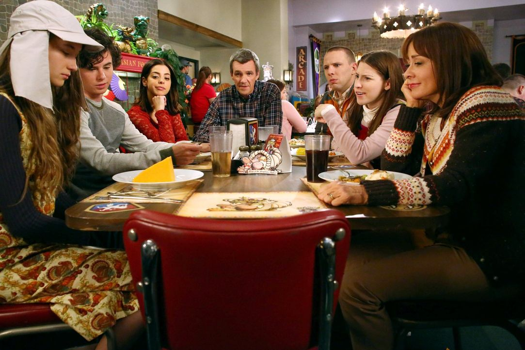 (v.l.n.r.) Cindy (Casey Burke); Axl (Charlie McDermott); Devin (Gia Mantegna); Mike (Neil Flynn); Darrin (John Gammon); Sue (Eden Sher); Frankie (Pa... - Bildquelle: Warner Brothers