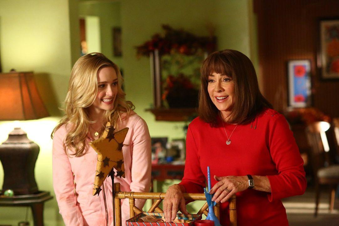 Frankie (Patricia Heaton, r.) ringt mit April (Greer Grammer, l.) um Axls Aufmerksamkeit, als es darum geht, wo er Thanksgiving verbringt ... - Bildquelle: Warner Bros.