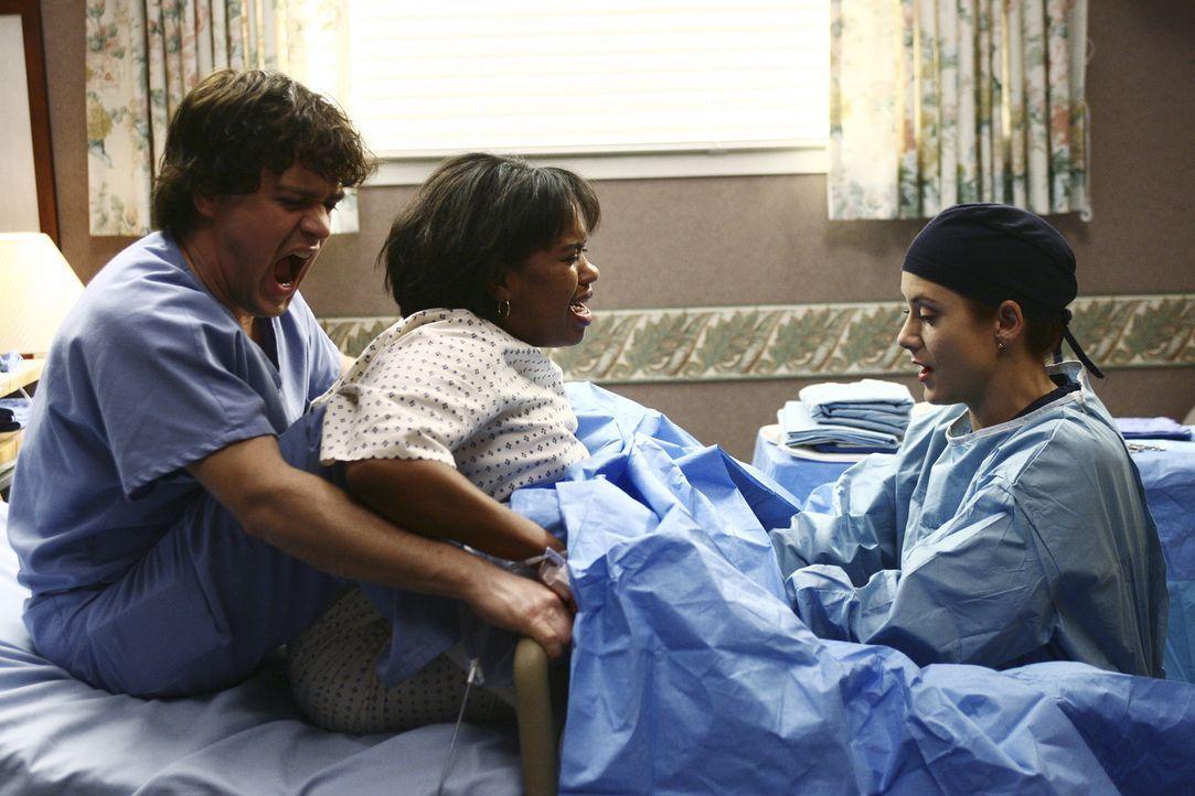 Addison (Kate Walsh, r.) und George (T.R. Knight, l.) kümmern sich um Bailey (Chandra Wilson, M.), die ihr Kind nicht zur Welt bringen möchte und li... - Bildquelle: Touchstone Television