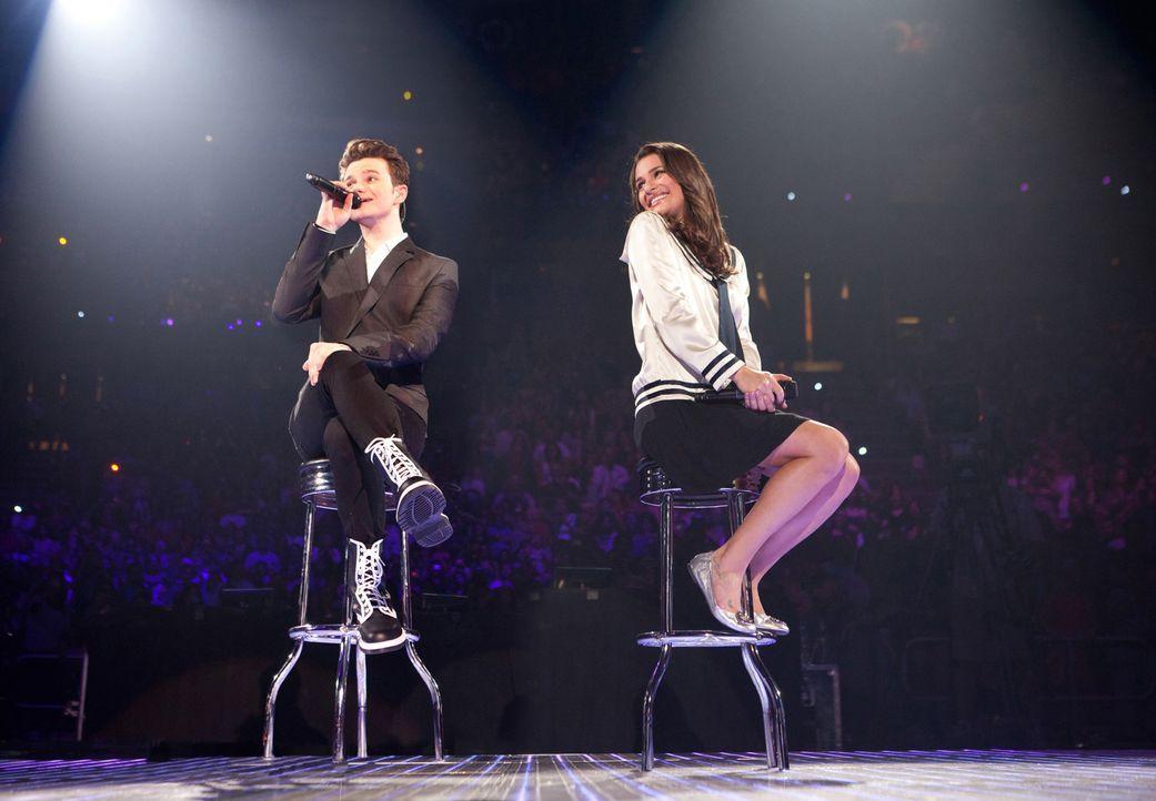 Rachel (Lea Michele, r.) gefällt, was Kurt (Chris Colfer, l.) singt ... - Bildquelle: Adam Rose TM and   2011 Twentieth Century Fox Film Corporation.  All rights reserved.