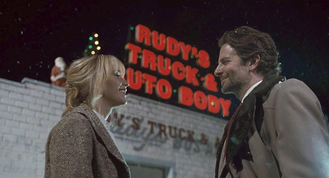 Als Joy (Jennifer Lawrence, l.) Neil Walker (Bradley Cooper, r.), ein hohes Tier beim Shopping-Sender QVC, kennenlernt, sieht sie endlich die Chance... - Bildquelle: 2015 Twentieth Century Fox Film Corporation. All rights reserved.