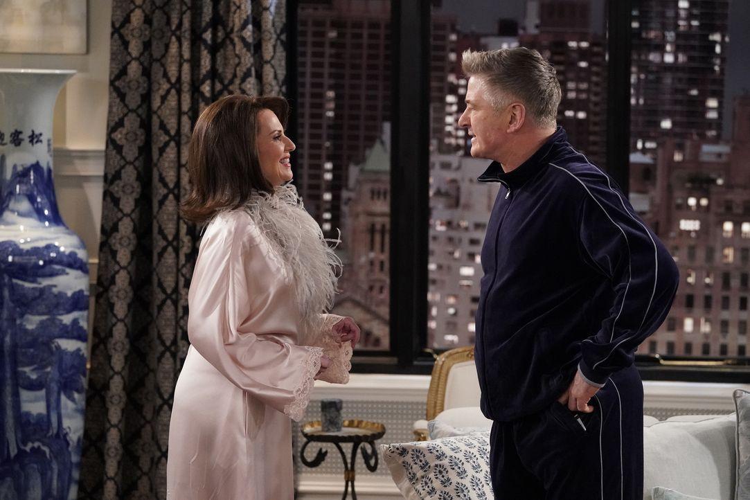Wird sich Karen (Megan Mullally, l.) wirklich gegen ihren Ehemann und für Malcolm (Alec Baldwin, r.) entscheiden? - Bildquelle: Chris Haston 2017 NBCUniversal Media, LLC