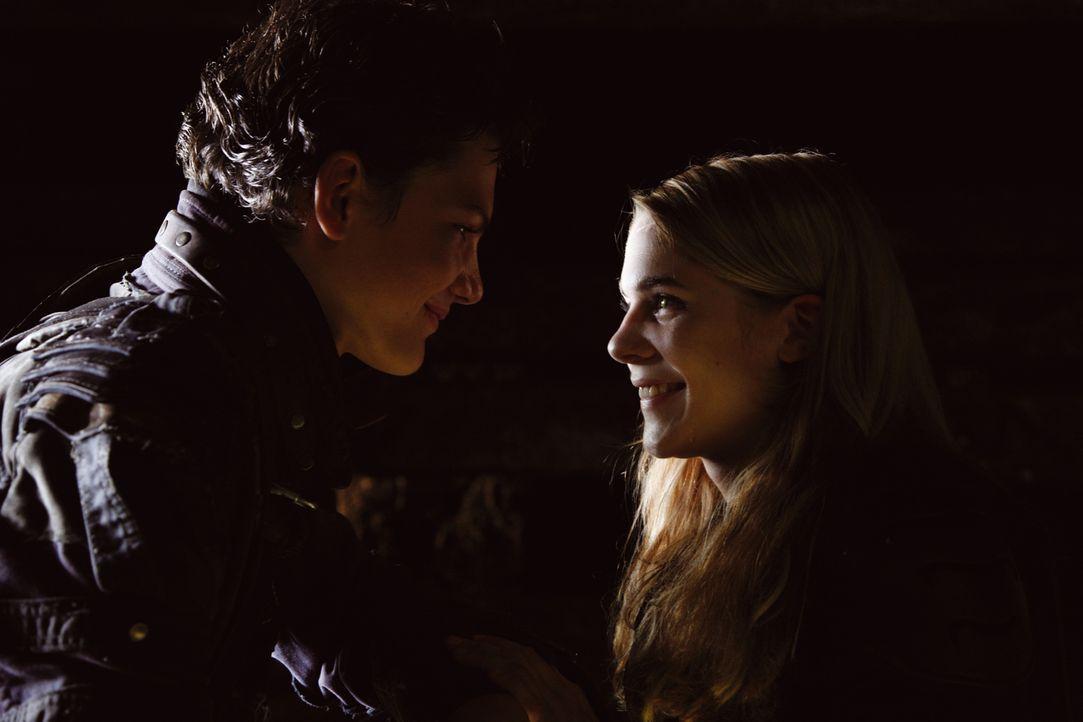 Erlöst: Leons (Jimi Blue Ochsenknecht, l.) Liebe zu Vanessa (Sarah Kim Gries, r.) ist so stark, dass ihn Darkside nicht zerstören kann ... - Bildquelle: Buena Vista International