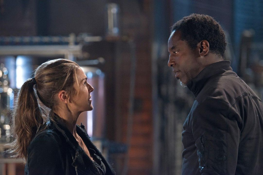 Ein kurzer Augenblick reicht, damit Abigail (Paige Turco, l.) bewusst wird, dass Jahas Wundermittel nicht ohne Nebeneffekte funktioniert ... - Bildquelle: 2014 Warner Brothers