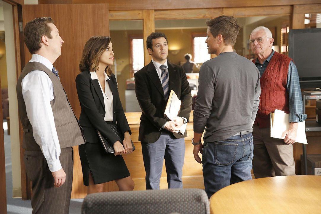 Als Dean (Rob Lowe, 2.v.r.) einen kleinen Urlaub mit seiner Jugendliebe unternimmt, genießen Todd (Steve Little, l.), Claire (Natalie Morales, 2.v.l... - Bildquelle: 2015-2016 Fox and its related entities.  All rights reserved.