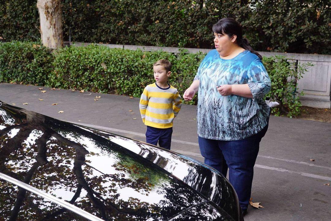 Immer hat Alba (Carla Jimenez, r.) Pech mit Autos. Der Wagen der Pembertons wurde zerkratzt und Ben (Jack Stanton, l.) will einfach nicht mit der Sp... - Bildquelle: 2017 Fox and its related entities. All rights reserved.