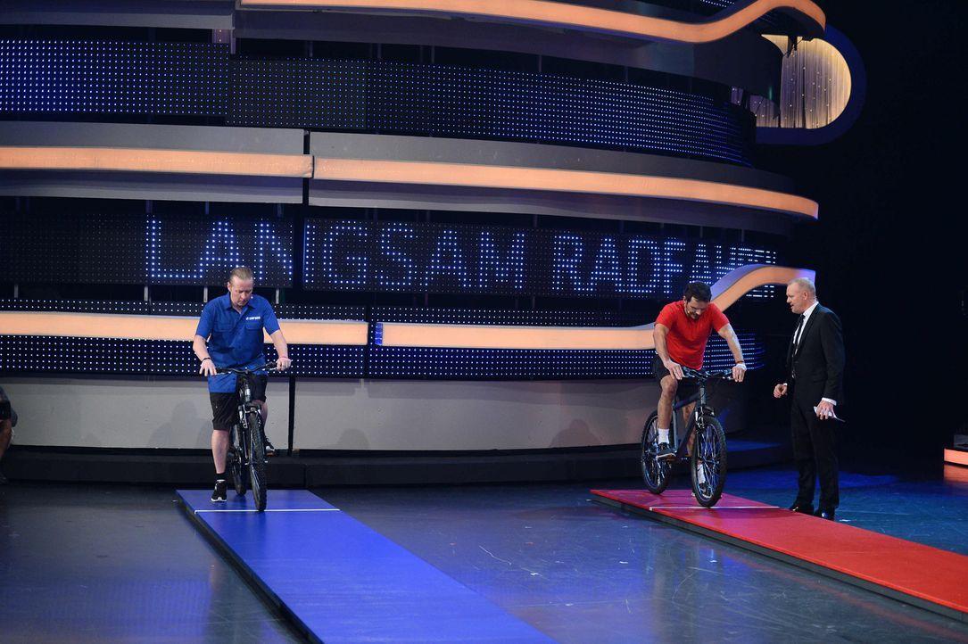 Stefan Raab (r.) lässt die Stars wieder aufeinander los: Joey Kelly (l.) und Steffen Henssler (M.) ... - Bildquelle: Willi Weber ProSieben