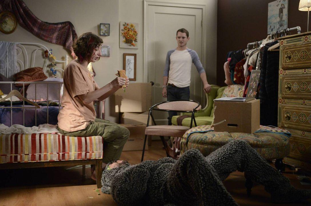 Während Wilfred (Jason Gann, M.) ganz begeistert ist von Anne (Kristen Schaal, l.), ist Ryan (Elijah Wood, r.) noch nicht ganz überzeugt ... - Bildquelle: 2013 Bluebush Productions, LLC. All rights reserved.