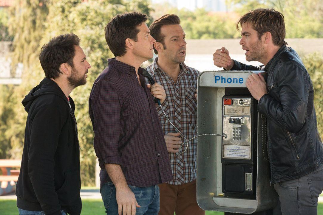 Aus Rache entschließen sich (v.l.n.r.) Dale (Charlie Day), Nick (Jason Bateman) und Kurt (Jason Sudeikis), den Sohn des verlogenen Finanziers zu ent... - Bildquelle: 2014   Warner Bros.