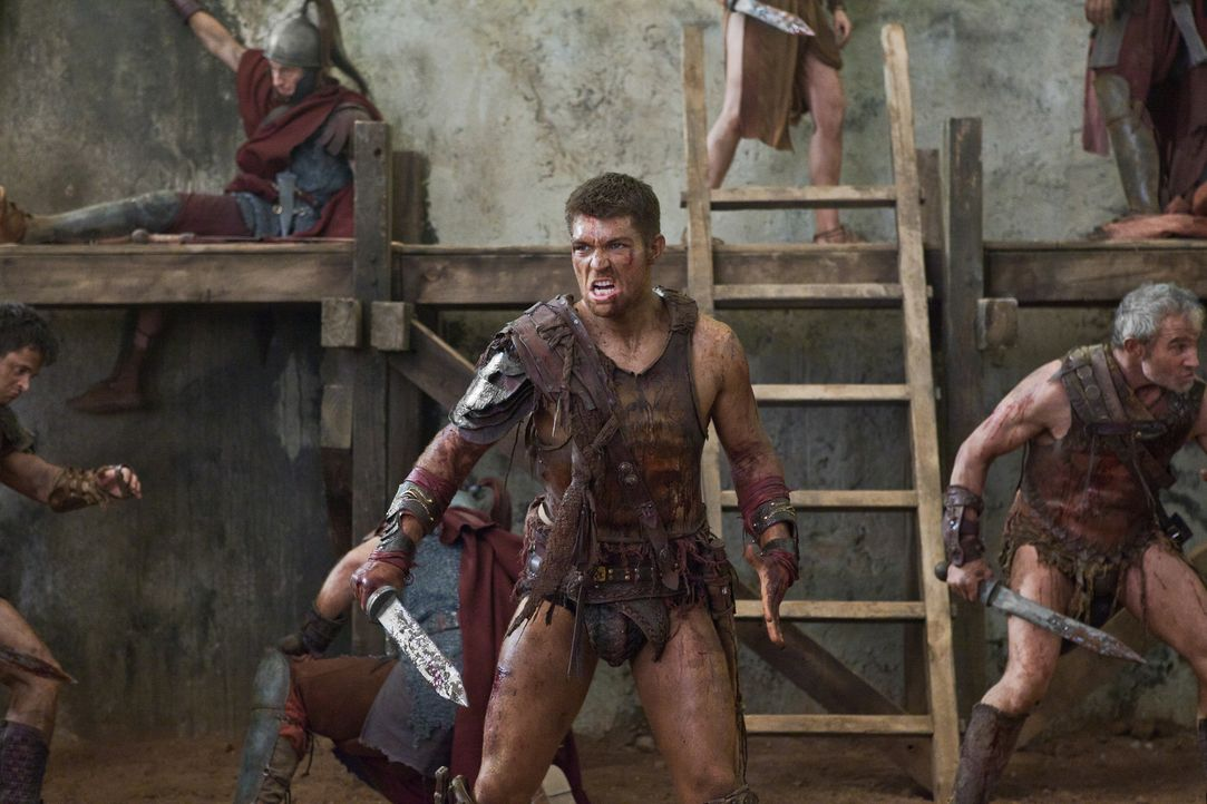 Holt zum finalen Gegenschlag aus: Spartacus (Liam McIntyre) ... - Bildquelle: 2011 Starz Entertainment, LLC. All rights reserved.