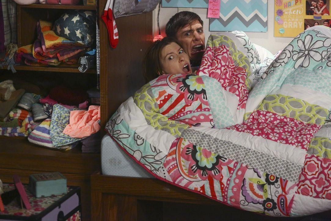 Sue (Eden Sher, l.); Brad (Brock Ciarlelli, r.) - Bildquelle: Warner Brothers