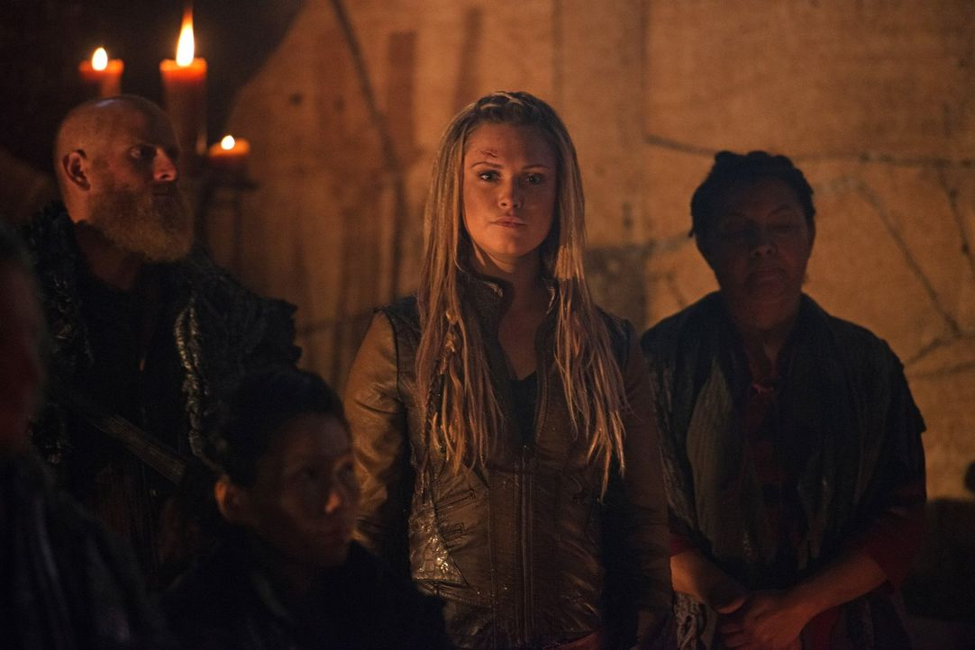 Clarke (Eliza Taylor) wird von Titus um etwas gebeten, dem sie einfach nicht gerecht werden kann. Daraufhin sucht dieser an anderer Stelle nach Antw... - Bildquelle: 2014 Warner Brothers