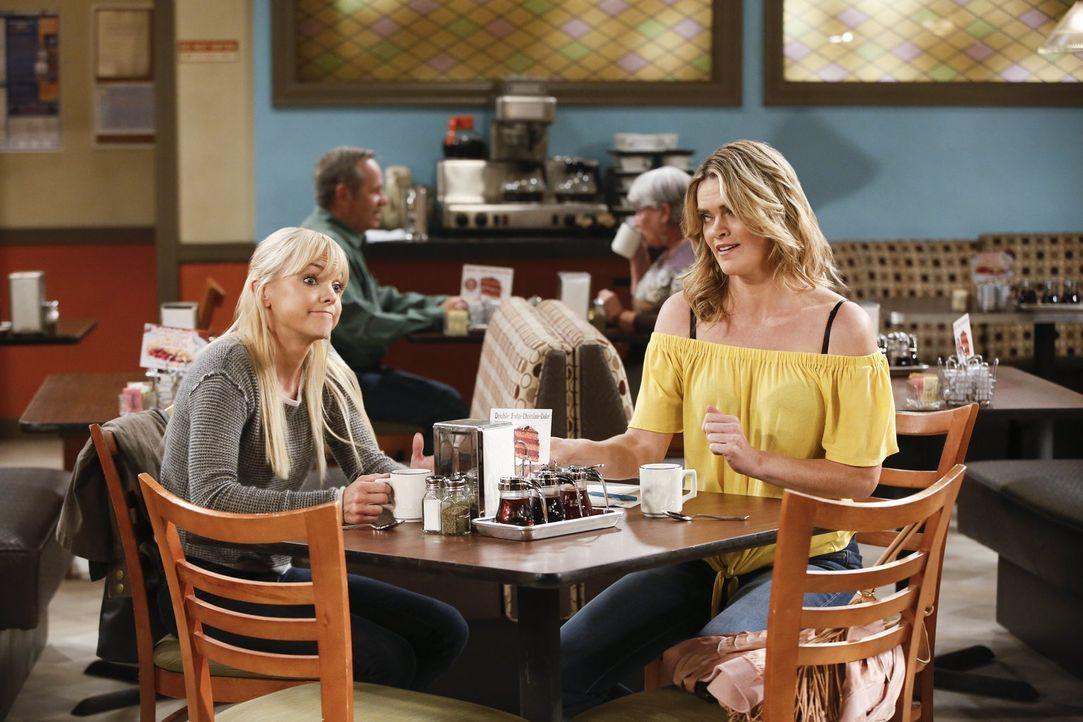 Natasha (Missi Pyle, r.) bittet Christy (Anna Faris, l.) um Hilfe, als sie erfährt, dass sie ihr Kind erst aus dem Kinderheim holen darf, wenn sie e... - Bildquelle: 2017 Warner Bros.