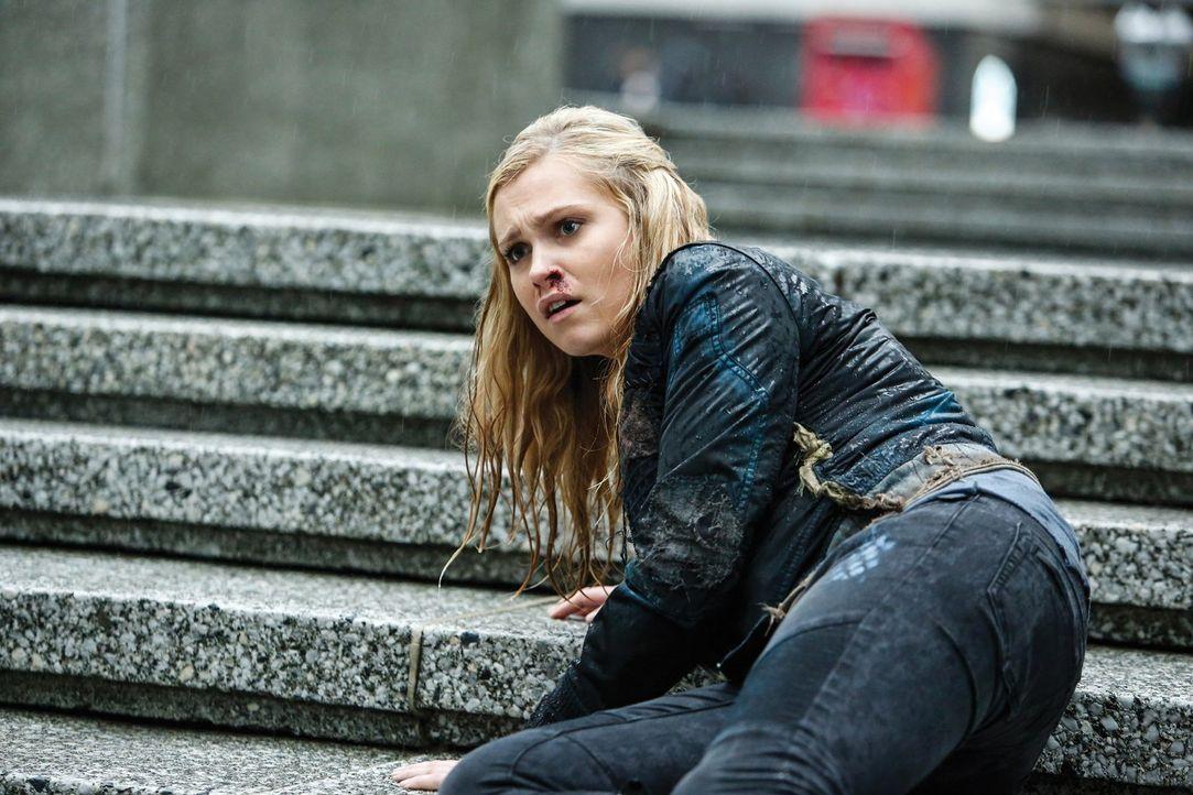 Nachdem Ontaria so schwer verletzt wurde, dass sie dem Widerstand nicht mehr helfen kann, sucht Clarke (Eliza Taylor) nach einer neuen Lösung ... - Bildquelle: 2014 Warner Brothers