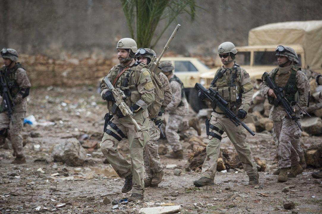 US-Navy-SEAL und Scharfschütze Chris Kyle (Bradley Cooper, vorne l.) wird mit nur einem Auftrag in den Irak geschickt: Er soll seine Kameraden besch... - Bildquelle: 2014 Warner Bros. Entertainment Inc.