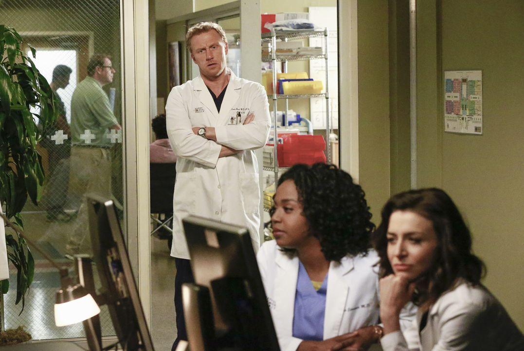 Während Derek weiter verschwunden bleibt, wirkt sich ein Streit zwischen Owen (Kevin McKidd, l.) und Amelia (Caterina Scorsone, r.) auf ihre Arbeits... - Bildquelle: ABC Studios