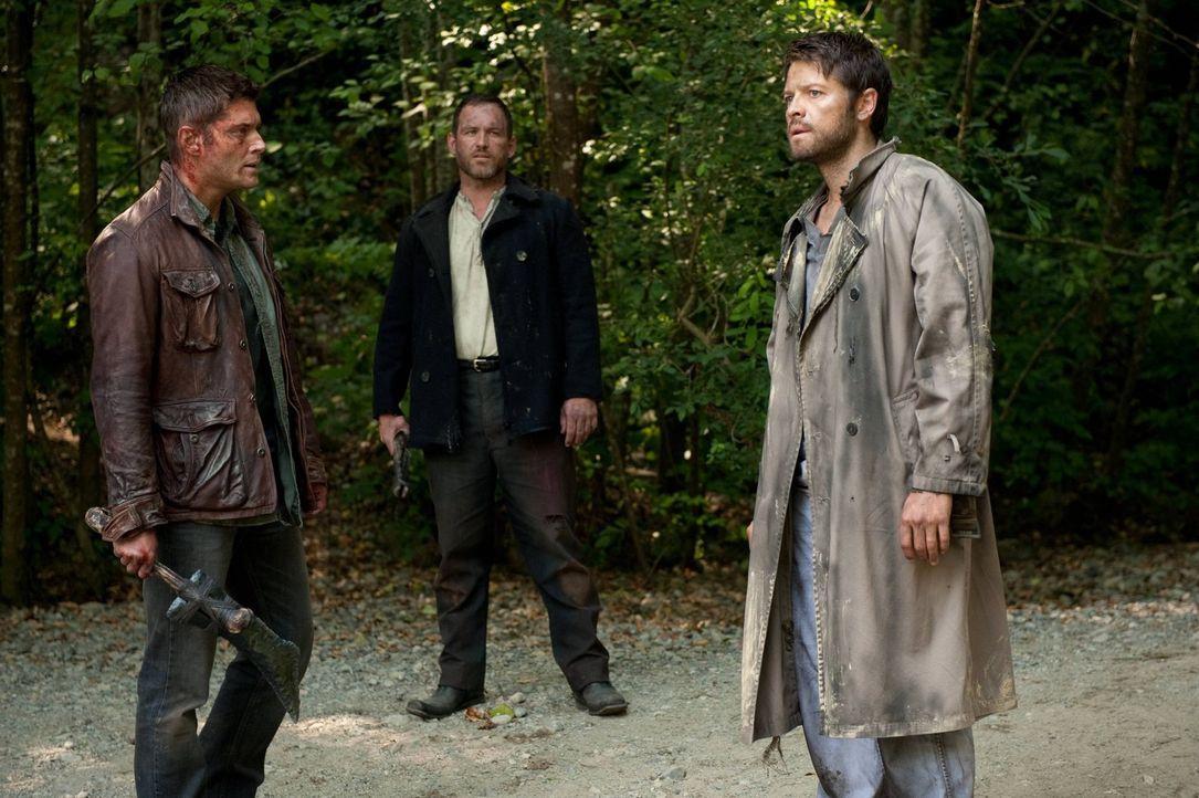 Während Dean (Jensen Ackles, l.) sich noch freut, Castiel (Misha Collins, r.) wiederzusehen, stellt Benny (Ty Olsson, M.) genau die Frage, deren Ant... - Bildquelle: Warner Bros. Television