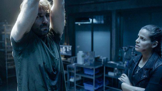 Abigail (Athena Karkanis, r. ) hat Jackson (James Wolk, l.) entführt und hält...