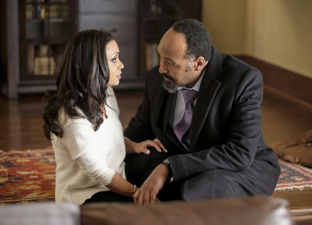 Wie wird Joe (Jesse L. Martin, r.) reagieren, als ihm Cecile (Danielle Nicolet, l.) eröffnet, dass sie die Gedanken anderer Menschen hören kann? - Bildquelle: 2017 Warner Bros.