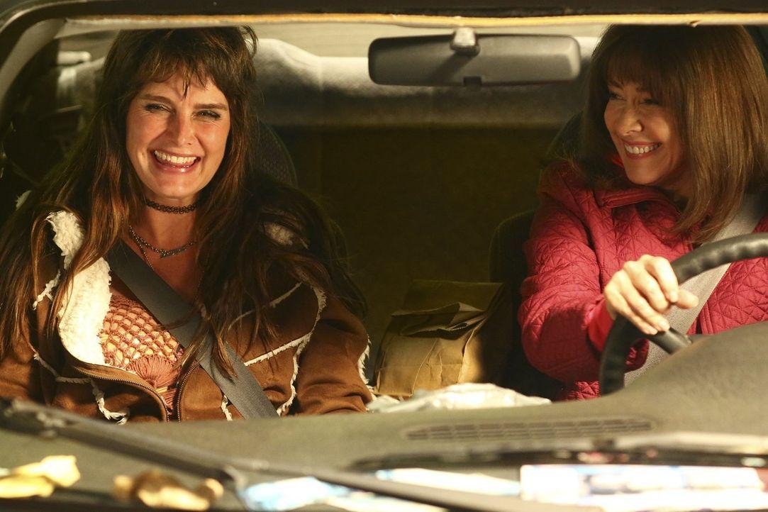 Noch ahnt Frankie (Patricia Heaton, r.) nicht, wie ihr Roadtrip mit Rita (Brooke Shields, l.) enden wird ... - Bildquelle: Warner Bros.