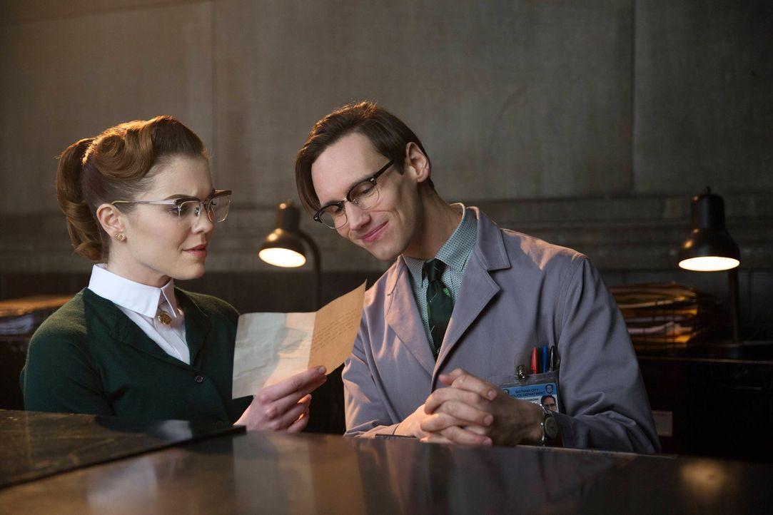 Wird es Edward Nygma (Cory Michael Smith, r.) endlich schaffen, das Herz von Kristen Kringle (Chelsea Spack, l.) zu erobern? - Bildquelle: Warner Bros. Entertainment, Inc.