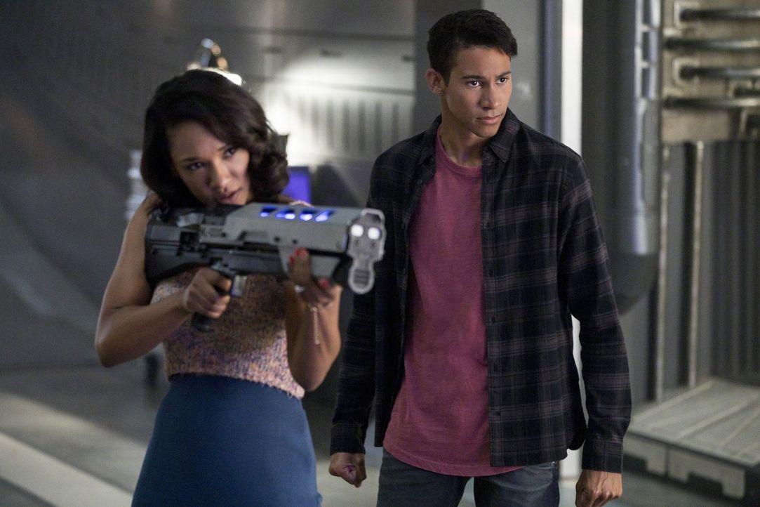 Während sich Wally (Keiynan Lonsdale, r.) um einen neuen Fall kümmert, entschließt sich Iris (Candice Patton, l.) dazu, mit Barry zur Paartherapie z... - Bildquelle: 2017 Warner Bros.