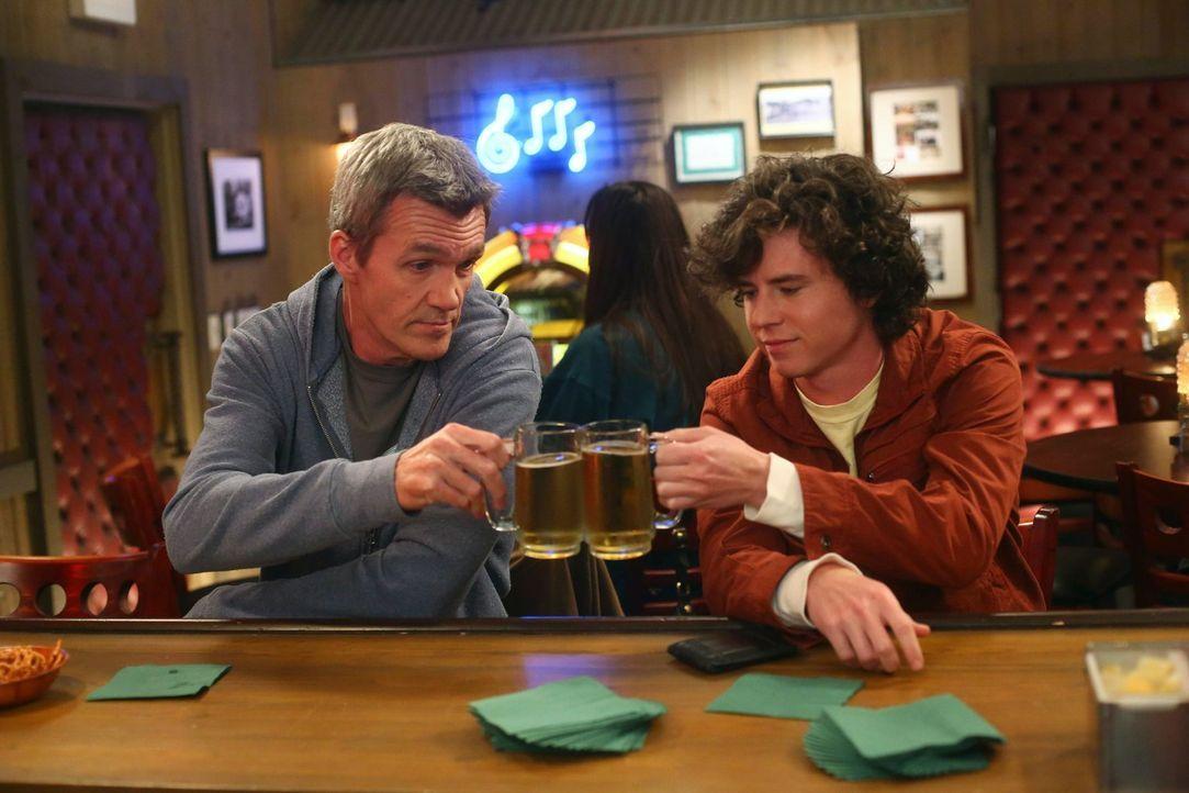 Mike (Neil Flynn, l.); Axl (Charlie McDermott, r.) - Bildquelle: Warner Brothers