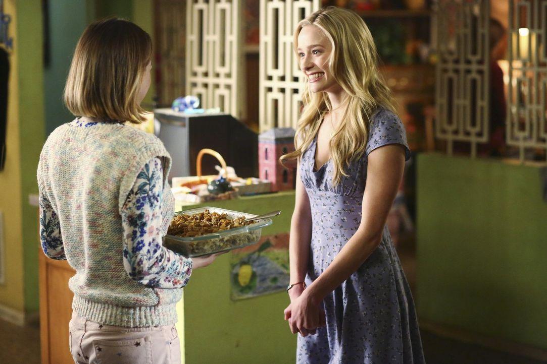 Wie werden sich Sue (Eden Sher, l.) und Axls hübsche Freundin April (Greer Grammer, r.) verstehen? - Bildquelle: Warner Bros.
