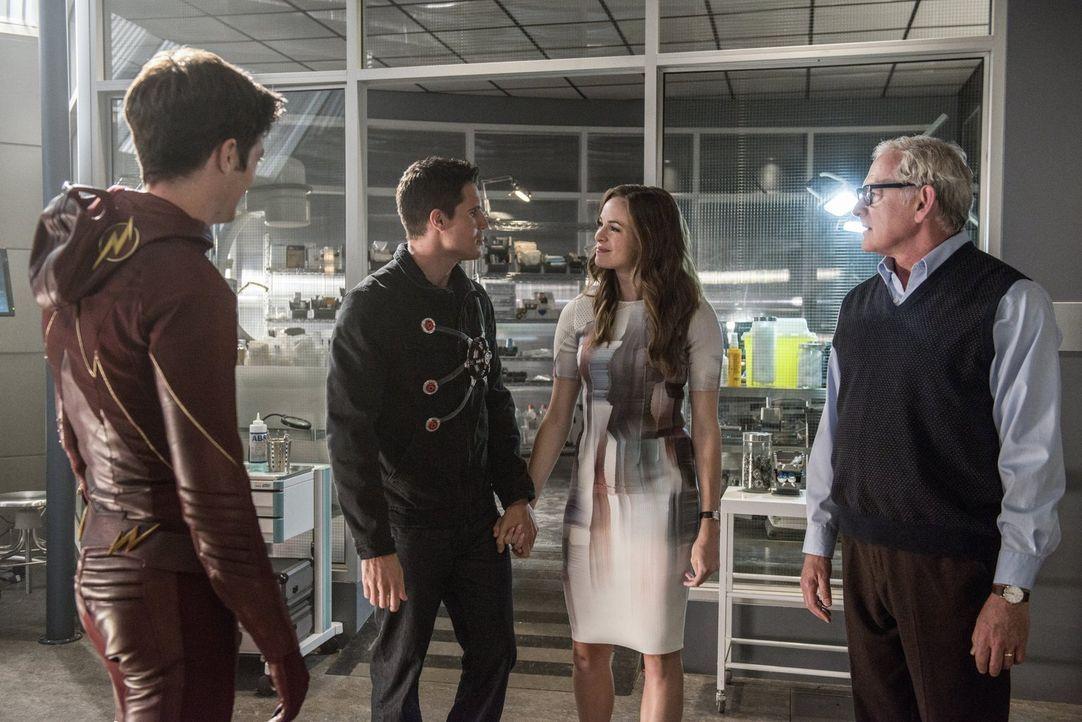 Barry alias The Flash (Grant Gustin, l.) erinnert sich gerne zurück an glücklichere Tage, als Ronnie (Robbie Amell, 2.v.l.), Caitlin (Danielle Panab... - Bildquelle: 2015 Warner Brothers.