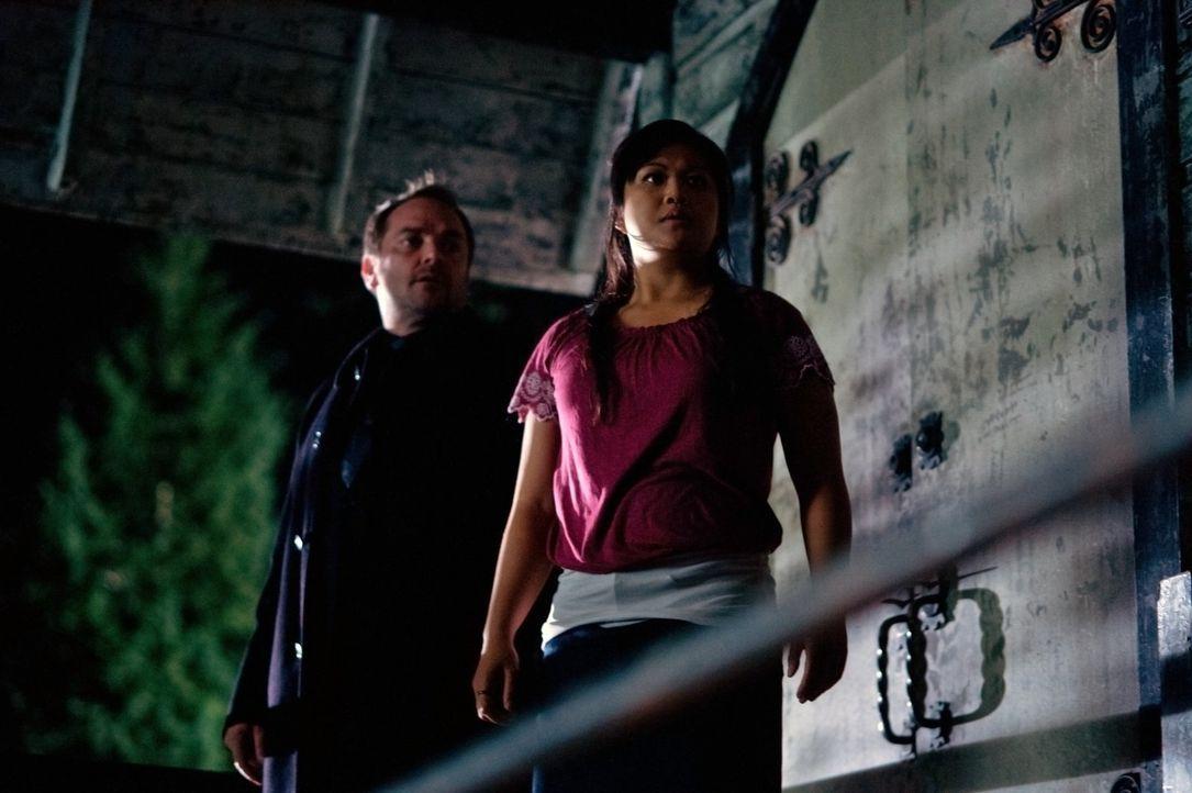 Was hat Crowley (Mark Sheppard, l.) mit Kevins Highschool-Freundin Channing Nho (Lissa Neptuno, r.) vor? - Bildquelle: Warner Bros. Television