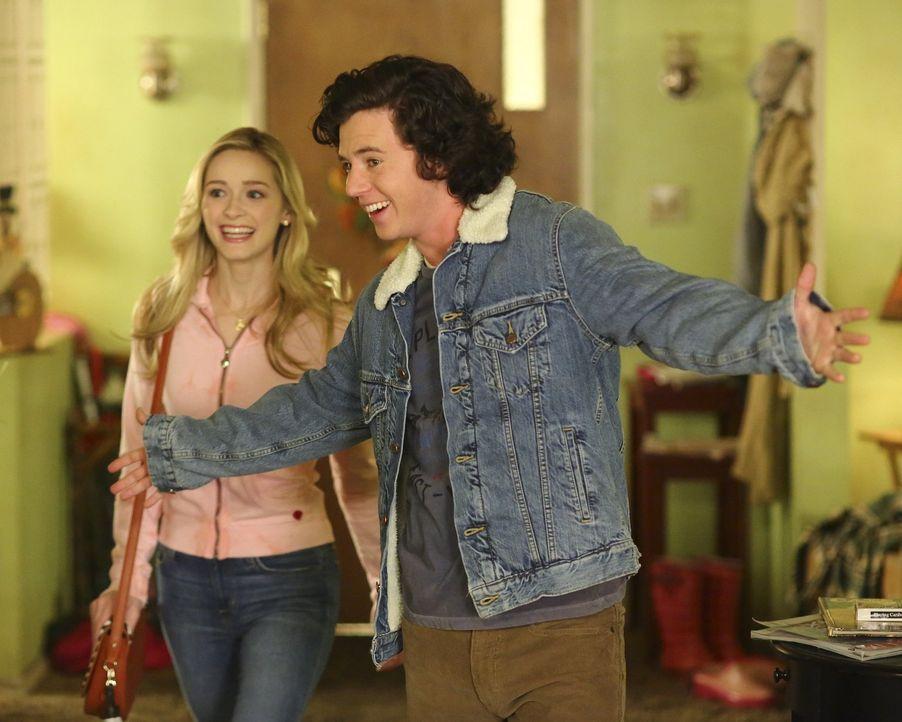 Als Axl (Charlie McDermott, r.) verkündet, dass er Thanksgiving bei April (Greer Grammer, l.) und ihrer Familie verbringen will, sorgt das für Entse... - Bildquelle: Warner Bros.