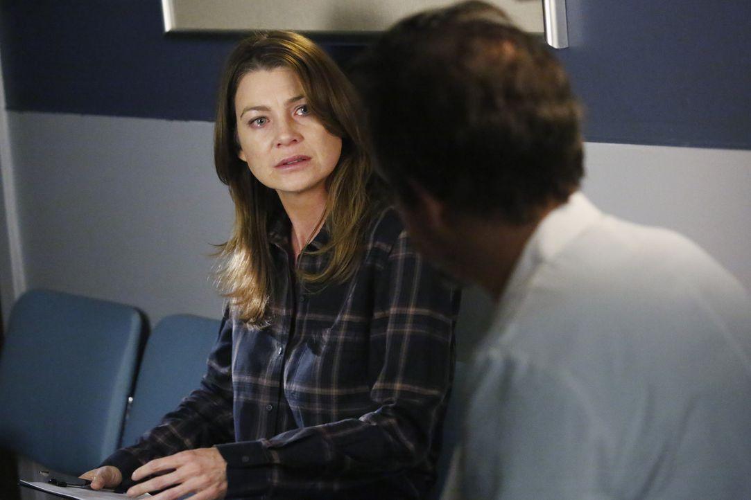 Meredith (Ellen Pompeo, l.) muss von einem Arzt (Michael McColl, r.) erfahren, wie es um Derek steht ... - Bildquelle: ABC Studios